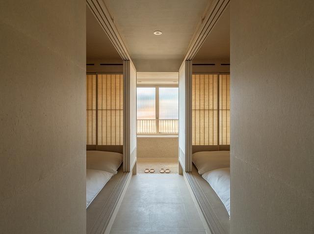 床・壁・天井が手漉き和紙が貼られる客室