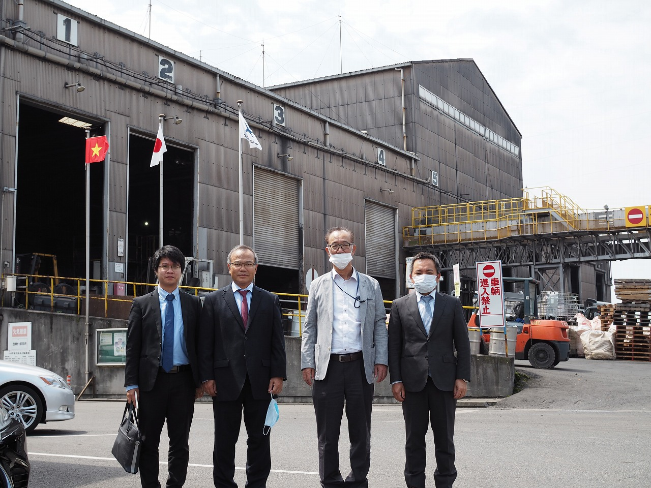 ベトナム駐日特命全権大使一行がツネイシカムテックス福山工場をご視察
