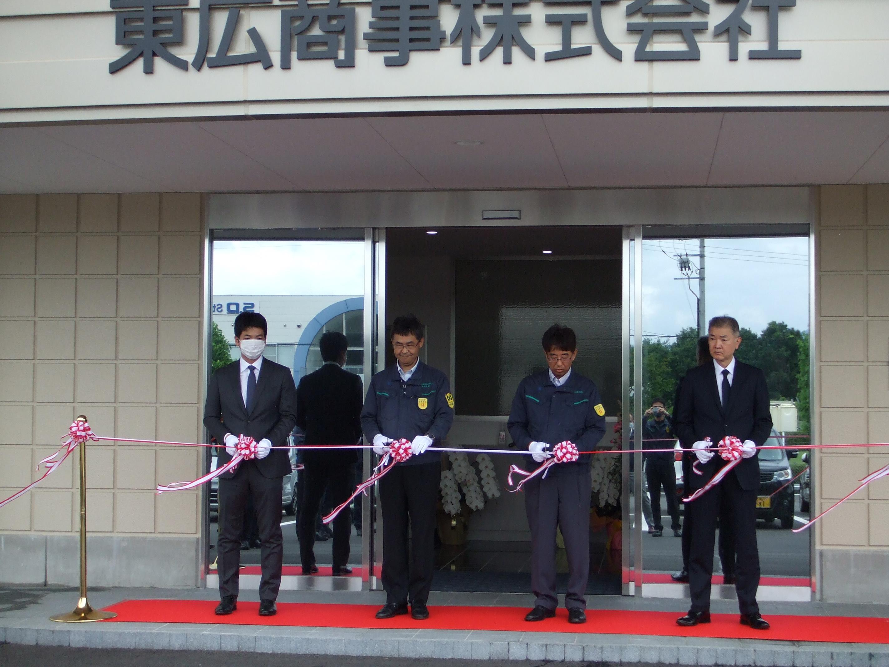 佐々木浩社長(右から2人目)らによるテープカット