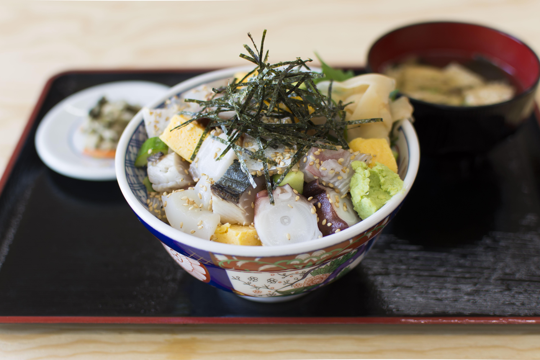 季節の魚を思う存分味わう「海鮮丼」