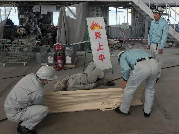 消防訓練でけが人を救護