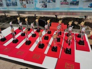 受賞者に贈呈された記念の盾と賞状