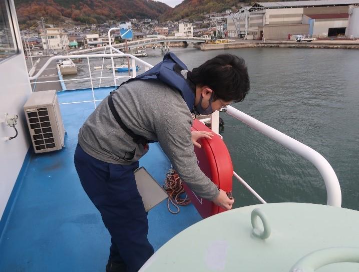 船内の点検の様子